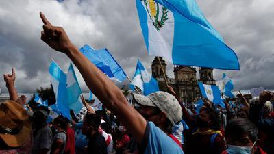 Hunderte Demonstranten protestieren in Guatemala-Stadt gegen die Regierung von Präsident Alejandro Giammattei.