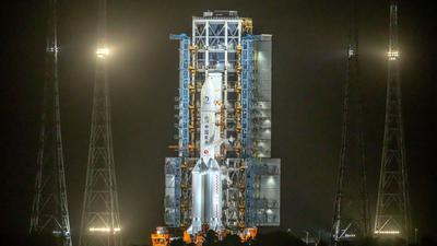 Die Rakete vom Typ Langer Marsch 5 steht auf der Startrampe des Wenchang Space Launch Center.