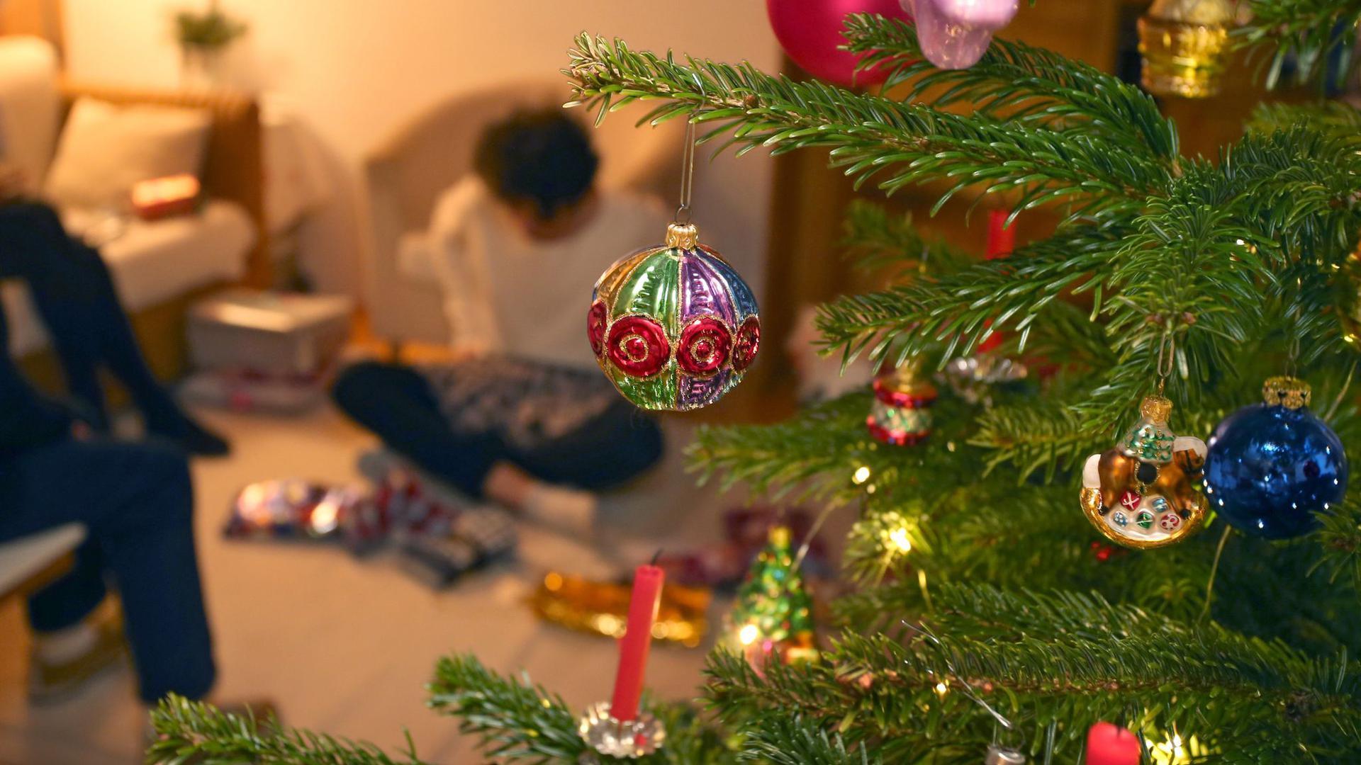 Auch im Corona-Jahr sollen Familien unter einem geschmücktem Weihnachtsbaum gemeinsam Geschenke auspacken können.