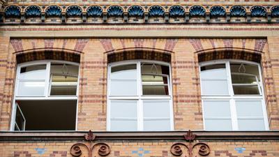 Fenster einer Schule sind zum Lüften geöffnet.