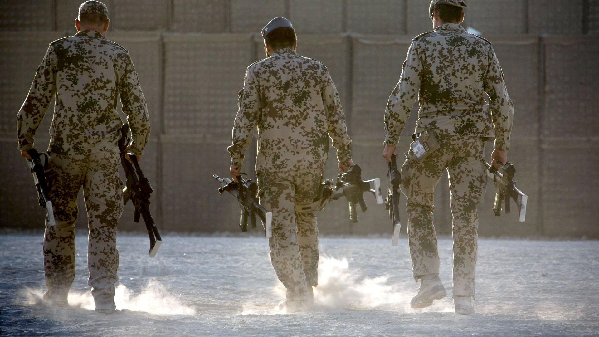 In Kundus müssen Bundeswehrsoldaten ihre Waffen zusammenpacken.