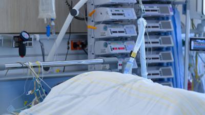 Ein Patient ist in der Corona-Intensivstation des Universitätsklinikums Dresden an ein Beatmungsgerät angeschlossen.
