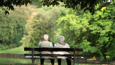Zwei Rentner sitzen auf einer Bank. Bei der gesetzlichen Rente ließ auch die Krise infolge der Corona-Pandemie die Reserve spürbar sinken.