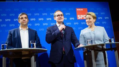 Raed Saleh (l-r), Fraktionsvorsitzender der SPD im Abgeordnetenhaus Berlin, Michael Müller (SPD), Regierender Bürgermeister von Berlin, Franziska Giffey (SPD), Bundesministerin für Familie, Senioren, Frauen und Jugend, sprechen auf einer gemeinsamen Pressekonferenz.