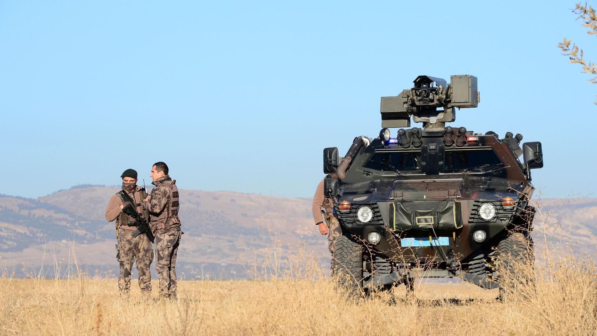 Bewaffnete Mitglieder einer Sondersicherheitseinheit stehen Wache außerhalb eines Luftwaffenstützpunktes, auf dem ein Gericht Urteile gegen Hunderte Beteiligte nach dem Putschversuch in der Türkei spricht.