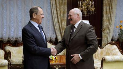 ARCHIV - Sergej Lawrow (l), Außenminister von Russland, schüttelt die Hand von Alexander Lukaschenko, Präsident von Belarus.