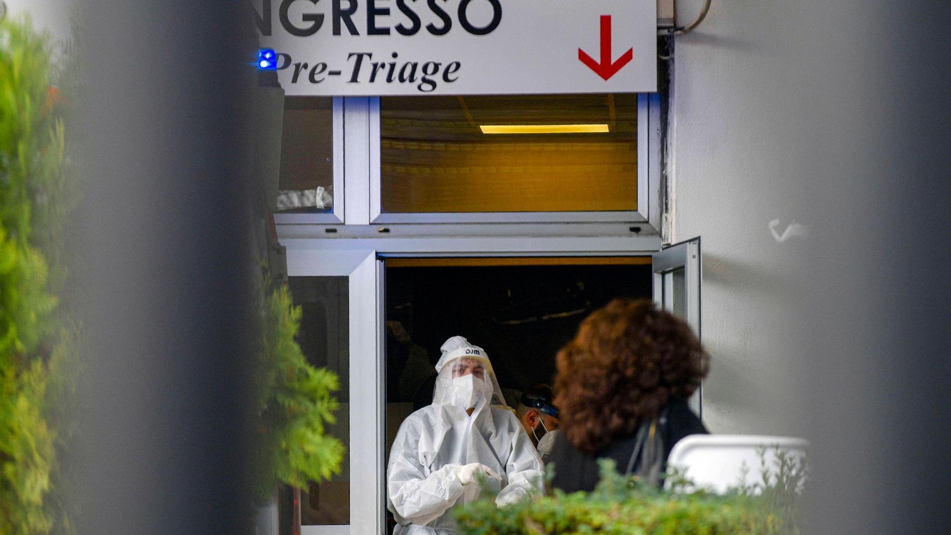 Medizinisches Personal in Schutzkleidung steht in der Notaufnahme des Cardarelli-Krankenhauses in Neapel an der Triage-Einteilung.
