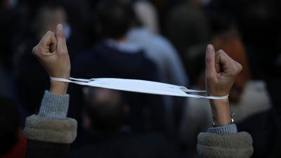 Keine Handschellen am Handgelenk:Die strengen Corona-Regeln in Frankreich werden wieder etwas gelockert.