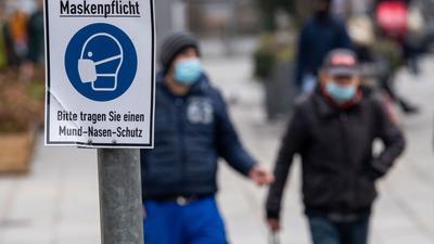 Um die hohen Zahlen der Infektionen zu reduzieren, herrscht mancherorts die Pflicht zum Tragen einer Maske.