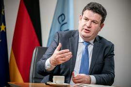 Hubertus Heil (SPD), Bundesminister für Arbeit und Soziales, aufgenommen im Arbeitsministerium bei einem Interview mit der dpa Deutsche Presse-Agentur.