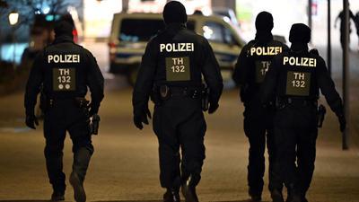 Polizisten patrouillieren durch die Innenstadt von Hildburghausen.