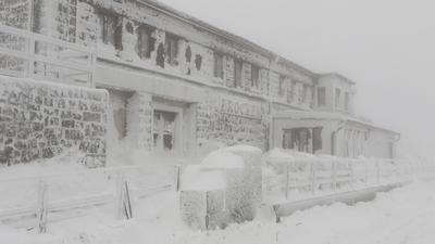 Schneebergeliegt am Brockenbahnhof. Der Winter ist auf dem Brocken zurück. Starker Wind sorgt für Schneeverwehungen.