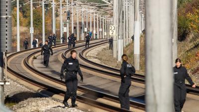 Polizistinnen und Polizisten suchen im Oktober 2018 auf der ICE-Strecke zwischen Nürnberg und München die Schienen ab. Der Angeklagte soll nach Angaben der Staatsanwaltschaft versucht haben, in Deutschland insgesamt vier Züge zum Entgleisen zu bringen.