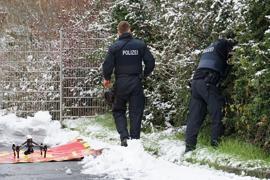 Polizisten suchen nach der Zweijährigen, die am am Montagabend in einem unbeobachteten Moment die elterliche Wohnung in einem Mehrfamilienhaus in Fulda verlassen hatte.