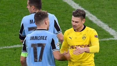 Lazios Ciro Immobile (l) und Dortmunds Lukasz Piszczek verabschieden sich nach dem Spiel.