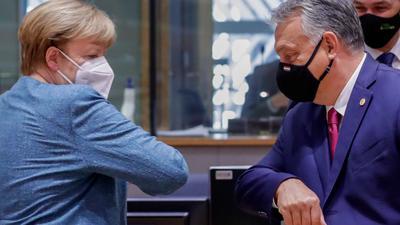 Bundeskanzlerin Angela Merkel (CDU) und Viktor Orban, Premierminister von Ungarn, begrüßen sich mit dem Ellbogen während eines Rundtischgesprächs beim EU-Gipfel.