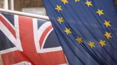 Die Flaggen von Großbritannien und der EU.