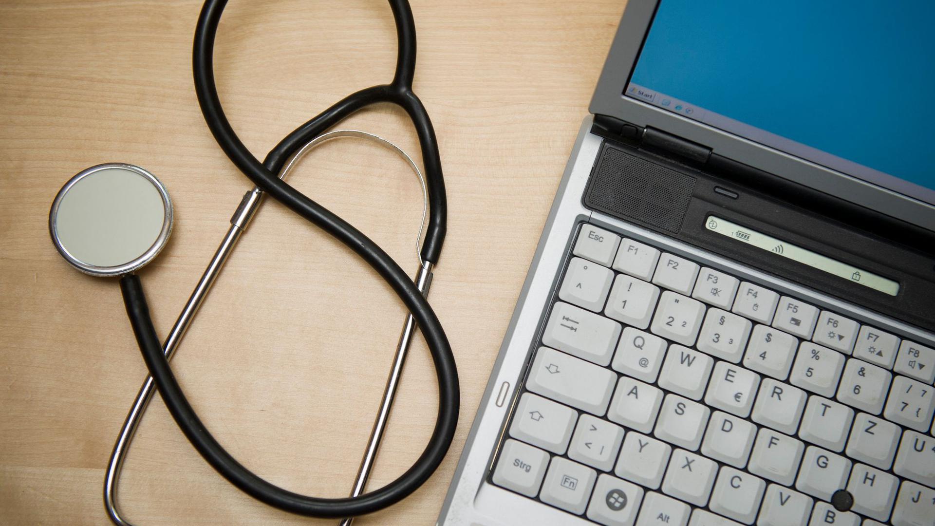 Nach jahrelangem Gezerre soll die E-Akte nach Plänen von Gesundheitsminister Spahn die Digitalisierung deutlich voranbringen.