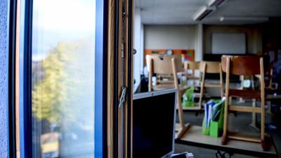 Ein Fenster in einem Klassenzimmer einer Grundschule ist zum Lüften geöffnet.
