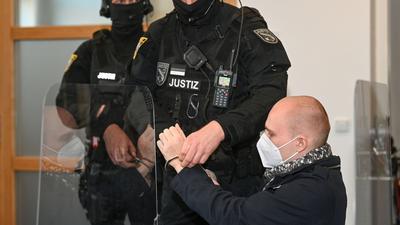 Dem angeklagten Stephan Balliet werden zu Beginn des 24. Prozesstages am 8. Dezember im Saal des Landgerichts die Handfesseln abgenommen.