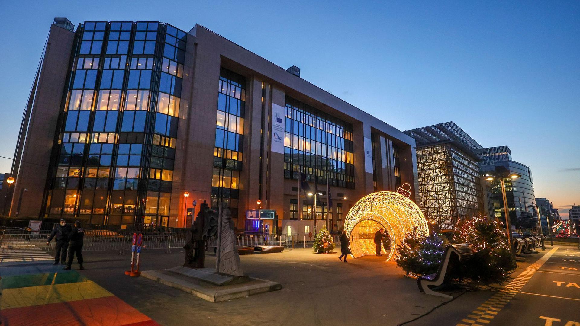 Der Platz vor dem Gebäude des Europäischen Rates ist weihnachtlich geschmückt. Die Staats- und Regierungschefs der EU treffen sich dort zu einem Jahresabschluss-Gipfel.