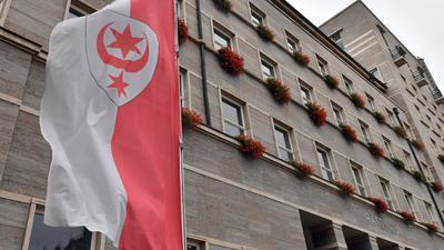 Flagge mit Stadtwappen von Halle. Im Fall der aus einem Fluss geretteten Sechsjährigen aus Halle haben Ermittler einen 24 Jahre alten Verdächtigen gestellt. (Symbolbild)