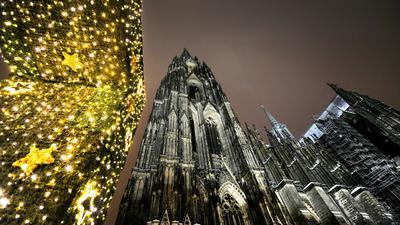 Hell erstrahlt der Kölner Dom zur Mitternachtsmette am Heiligabend.