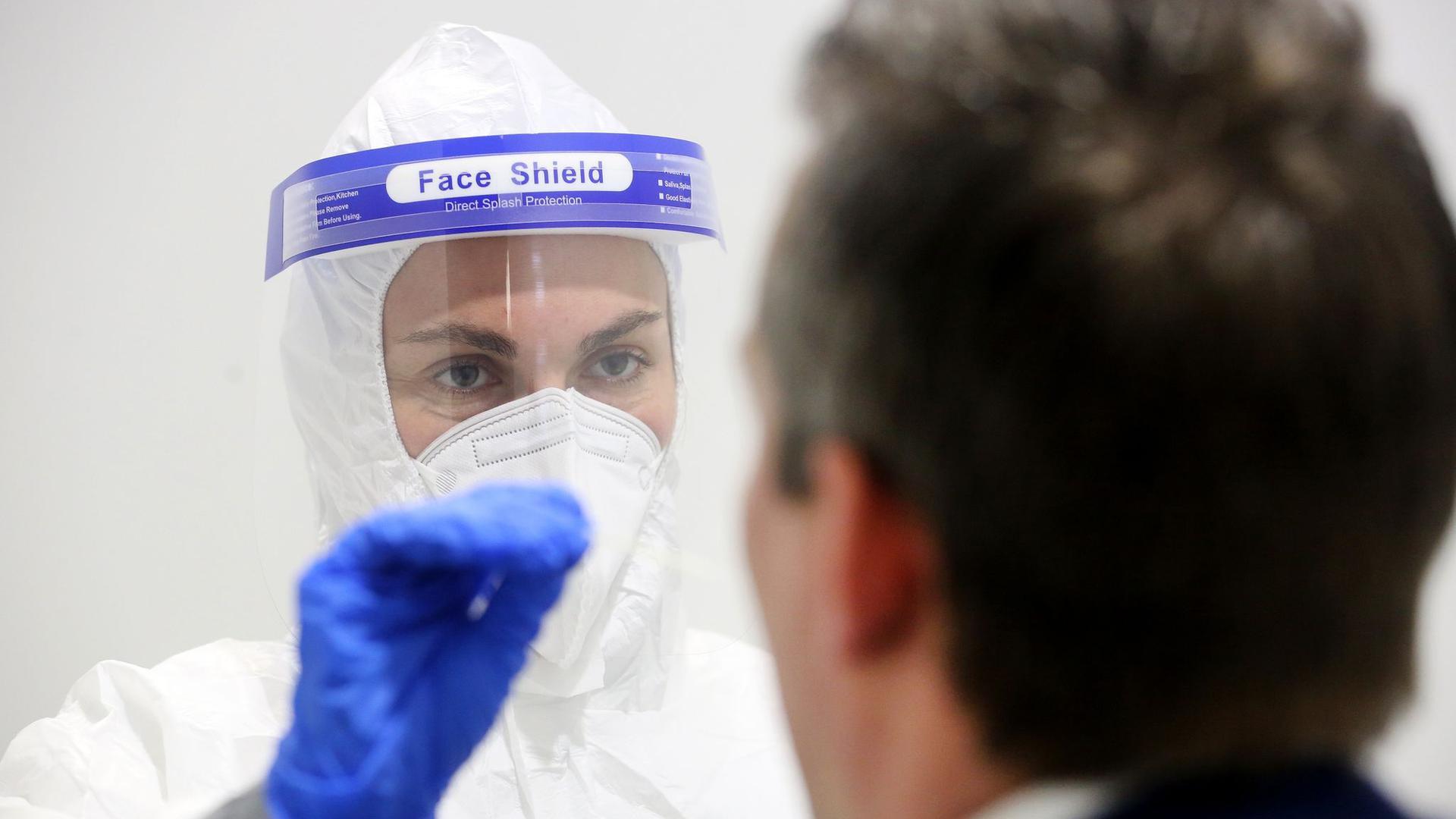Eine Ärztin macht im Corona-Schnelltest-Zentrum in Oberhausen bei einem Probanden einen Abstrich. Das von einem Arzt ausgewertete Ergebnis liegt dann nach 15 Minuten digital vor.