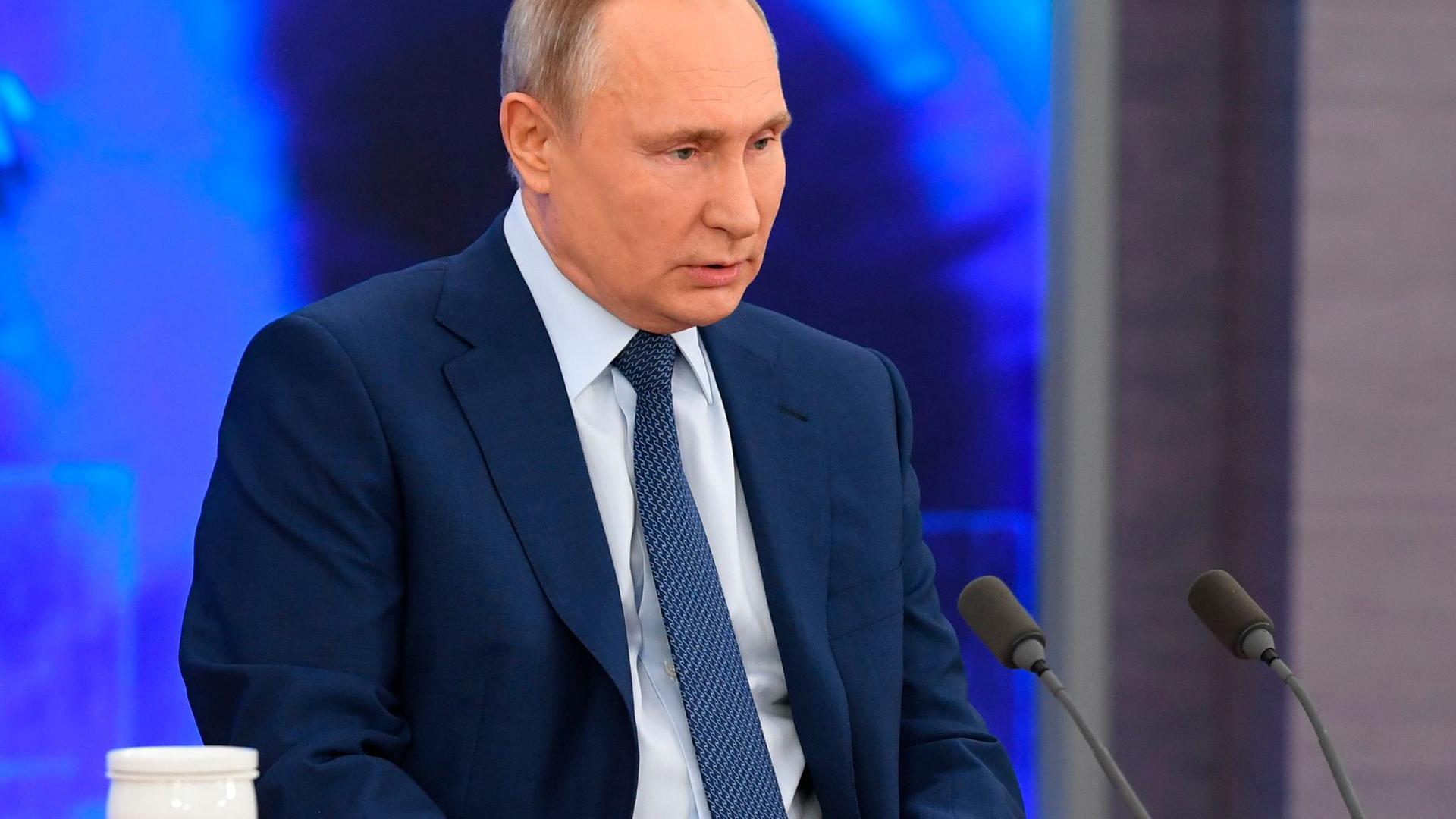Der russische Präsident Wladimir Putin spricht bei der großen Pressekonferenz in Moskau per Video zu Medienvertretern.