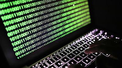 Binärcode auf einemLaptop. Amerikanische Regierungseinrichtungen werden seit Monaten von Hackern angegriffen.