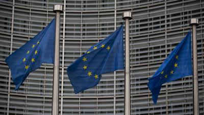 Europäische Flaggen wehen vor dem Berlaymont-Gebäude, dem Hauptsitz der Europäischen Kommission in Brüssel.