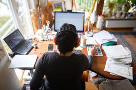 Wer während der Corona-Krise von zu Hause arbeitet, kann seine Ausgaben jetzt leichter in der Steuererklärung geltend machen.