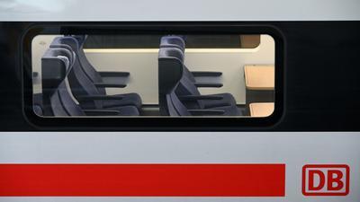 Blick auf leere Sitzplätze in einem ICE.