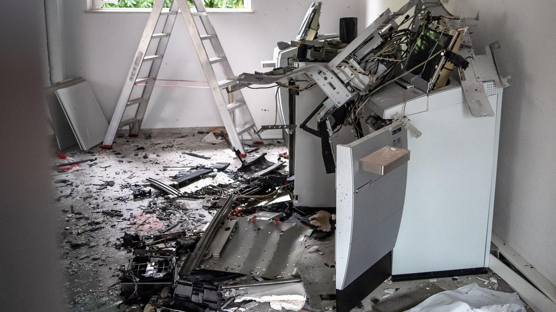 Ein gesprengter Geldautomat in einer Bankfiliale in Bremen.