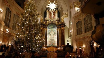 Ein geschmückter Tannenbaum steht bei einer Krippenandacht in der Hauptkirche St. Michaelis in Hamburg.