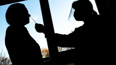 Eine Frau nimmt einen Abstrich für einen Schnelltest zur Erkennung des Coronavirus.