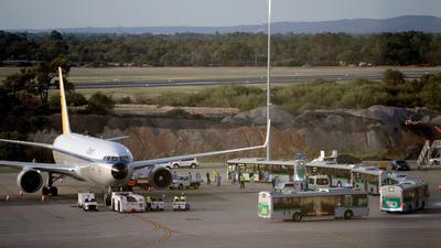 Im Rahmen der Rückholaktion der Bundesregierung gehen deutsche Kreuzfahrt-Passagiere im März auf dem Flughafen von Perth an Bord eines Flugzeugs von Condor, das sie nach Deutschland bringen soll (Symbol).