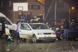 Menschen stehen neben Fahrzeugen, während sie aus Angst vor Nachbeben die Nacht im Freien verbringen.
