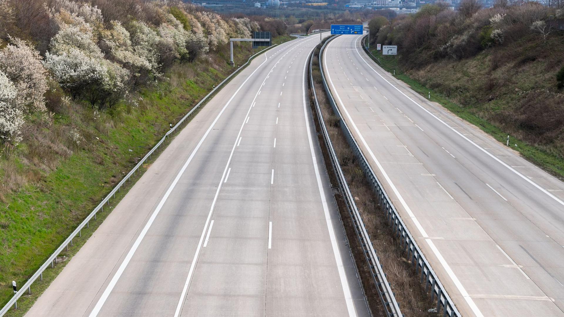 Kein einziges Auto ist während der Corona-Pandemie auf der Autobahn A4 zu sehen.