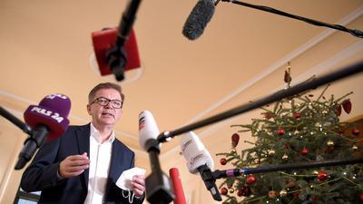 Österreichs Gesundheitsminister Rudolf Anschober informiert nach einem Treffen mit Vertretern der Parlamentsfraktionen die Medien: Das Land verlängert seinen Lockdown.