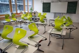 Stühle stehen in einer Gemeinschaftsschule in einer Grundschulklasse in Baden-Württemberg auf den Tischen.