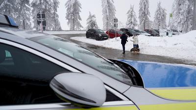 Ein Polizeifahrzeug zur Kontrolle von Tagesausflüglern im Schwarzwald.