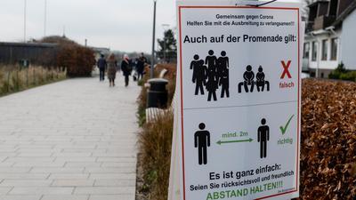 """""""Gemeinsam gegen Corona"""": Ein Schild an einer Promenade weist darauf hin, dass der Abstand eingehalten werden muss."""