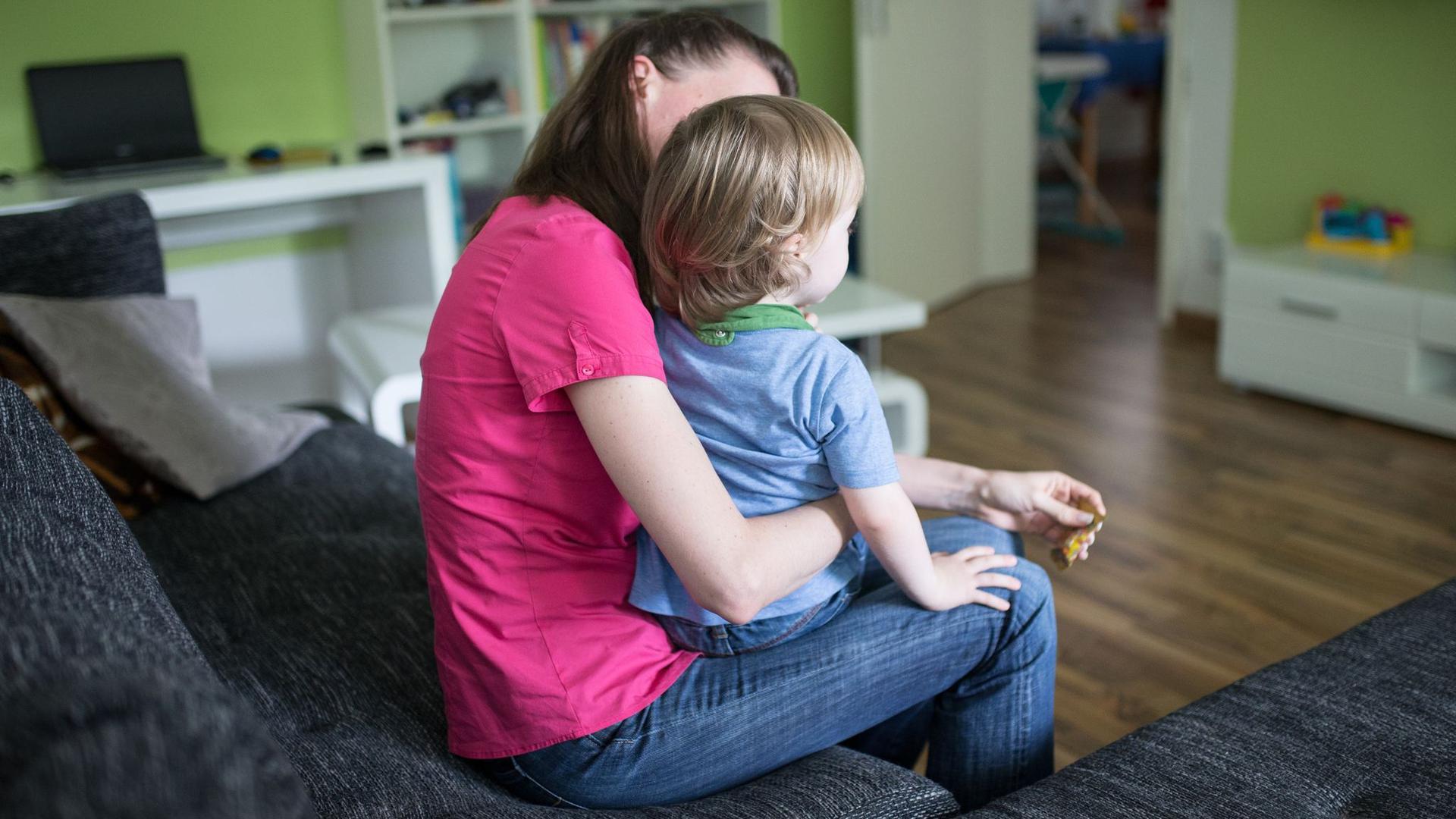 Die verschärften Corona-Regeln in Schulen und Kitas treffen Familien und vor allem alleinerziehende Mütter und Väter hart.