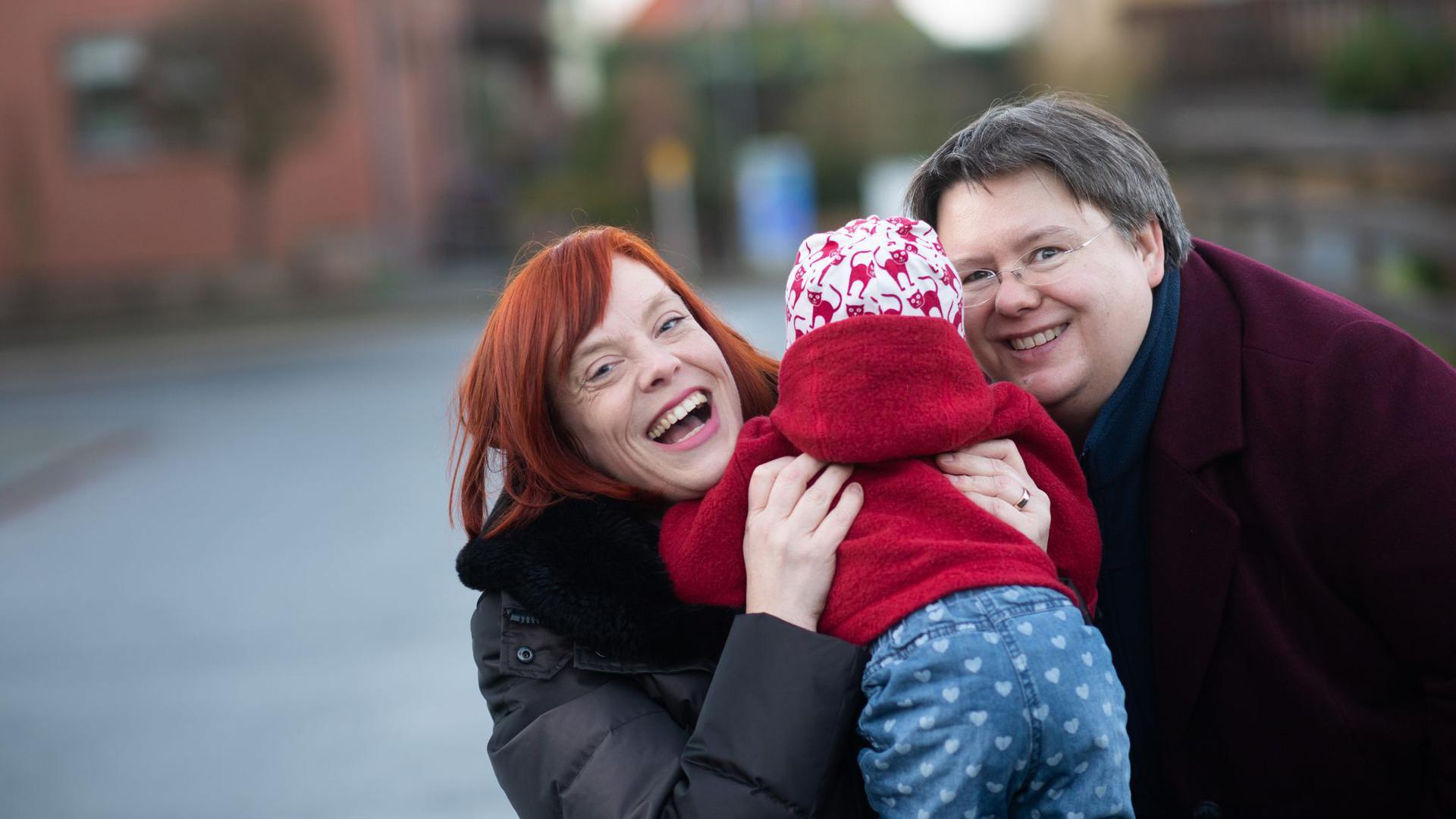 Gesa Teichert-Akkermann (l) und Verena Akkermann mit ihrer Tochter Paula (11 Monate alt). Familie Akkermann will über Familiengerichte eine Gleichstellung mit heterosexuellen Paaren bei der Elternschaft erreichen.