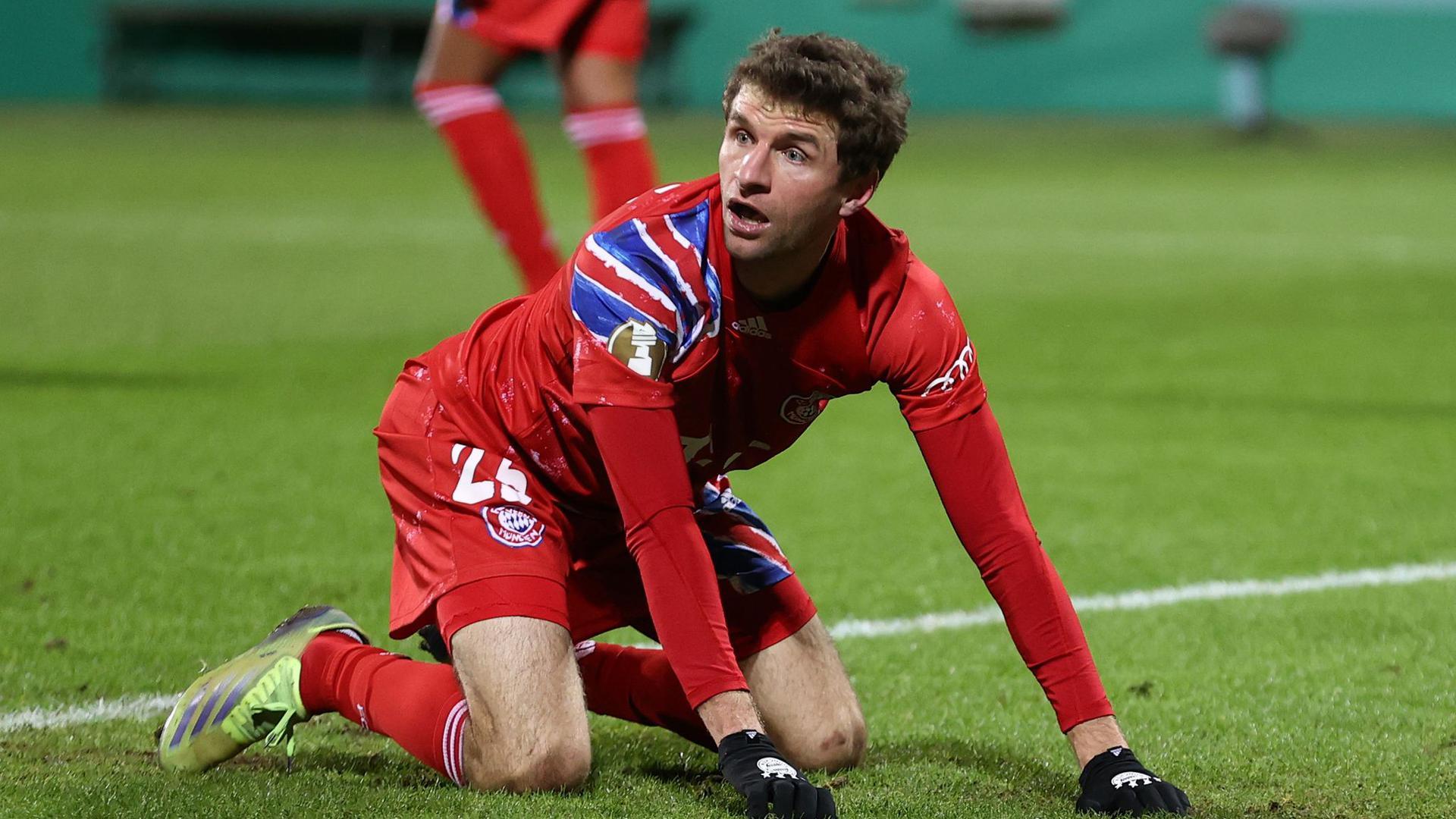 Bayern Münchens Thomas Müller steht angesichts des frühen Ausscheidens aus dem DFB-Pokal die Fassungslosigkeit ins Gesicht geschrieben.