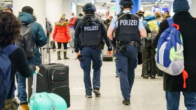 Polizisten patrouillieren durch das Terminal 1 im Flughafen Frankfurt.