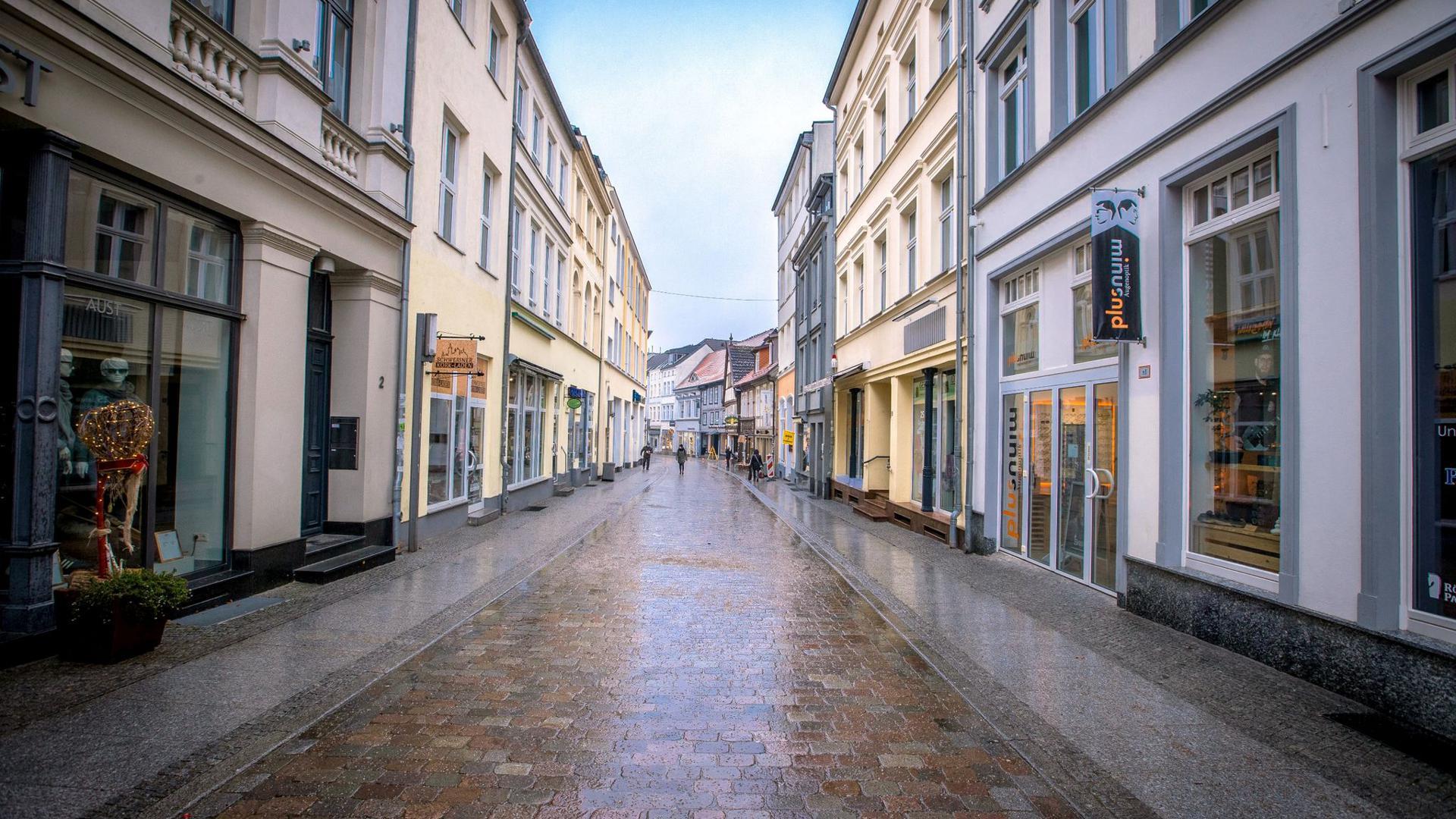 Auf der Schmiedestraße in der Schweriner Innenstadt sind wegen des Lockdowns nur wenige Menschen unterwegs.
