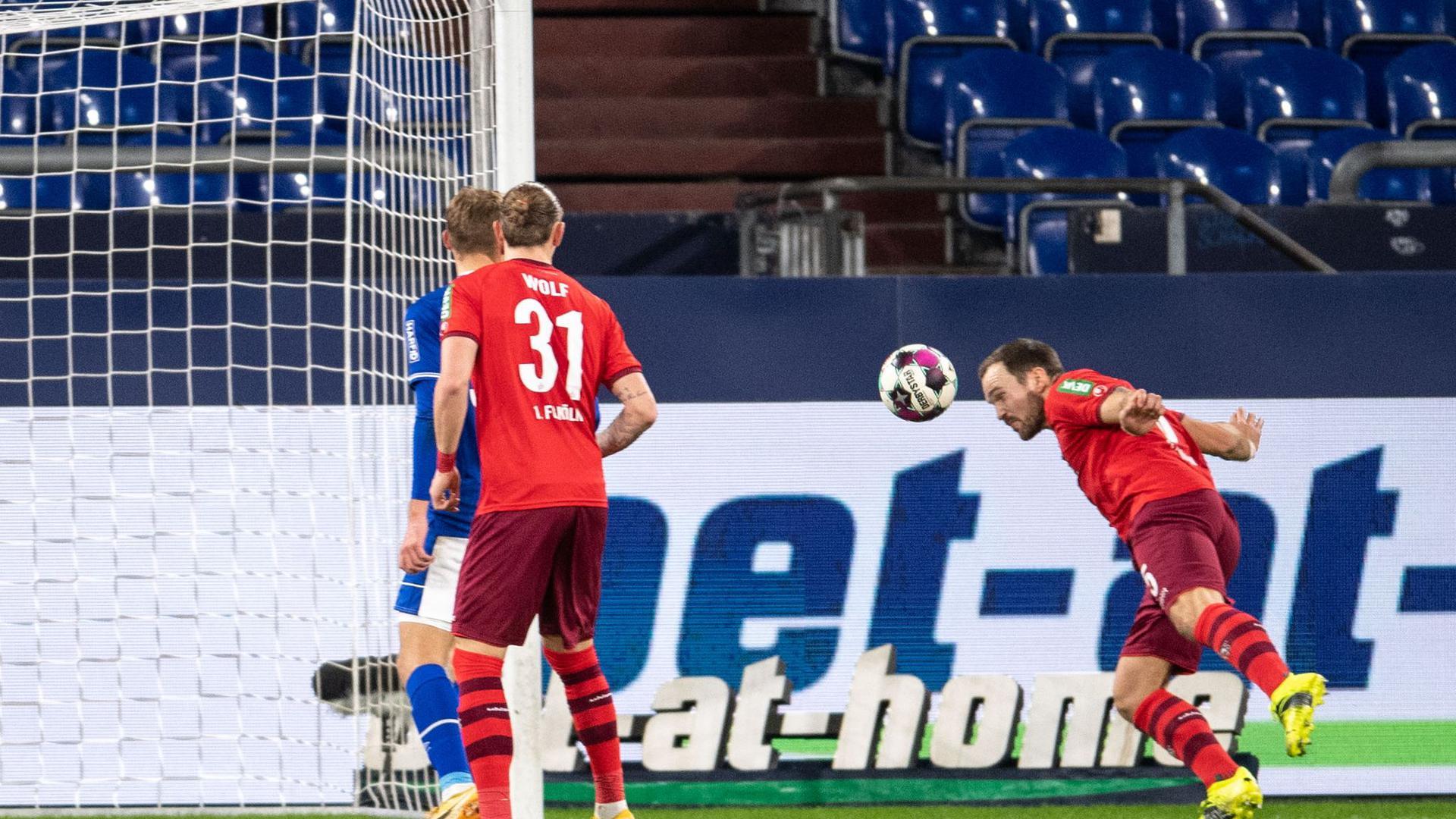 Der Kölner Rafael Czichos (r) trifft zur 1:0-Führung.