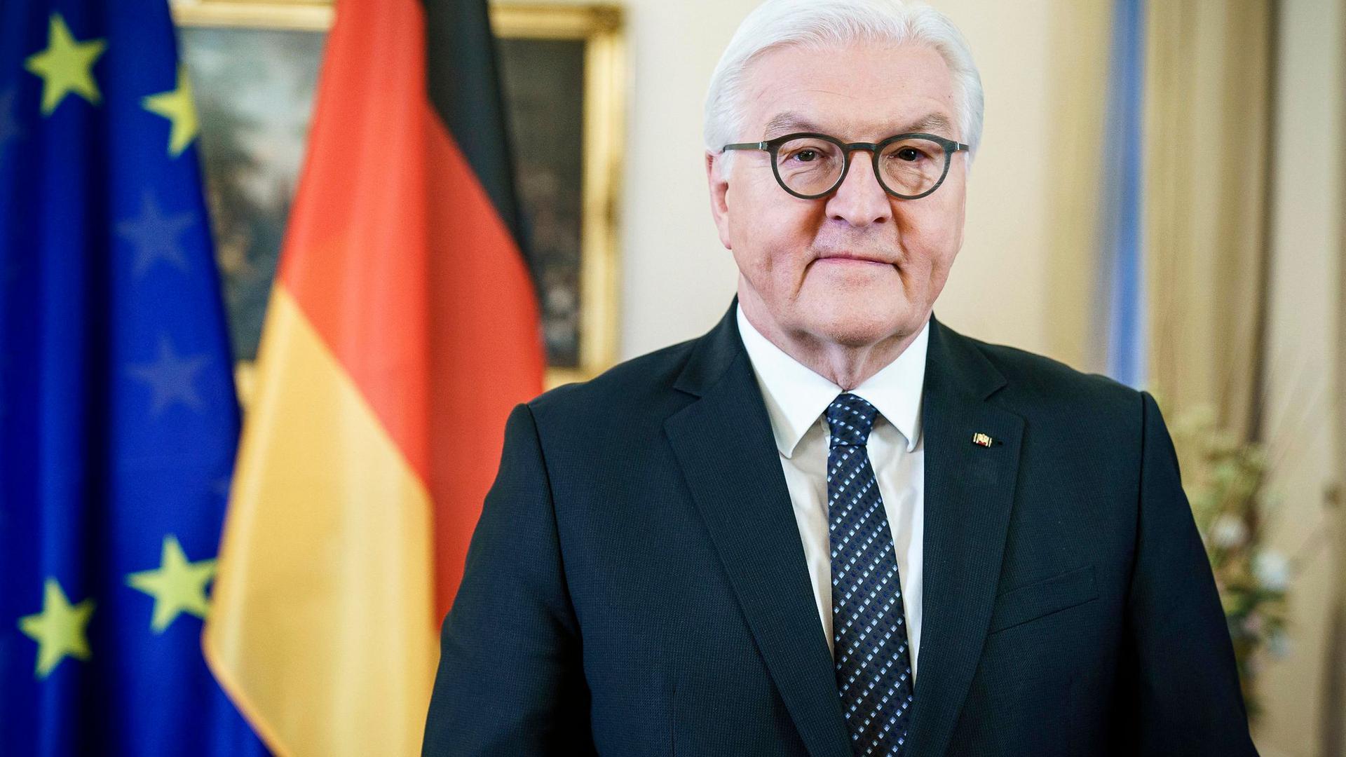 Bundespräsident Frank-Walter Steinmeier spricht während der Video-Aufzeichnung zur Amtsübernahme Joe Bidens.
